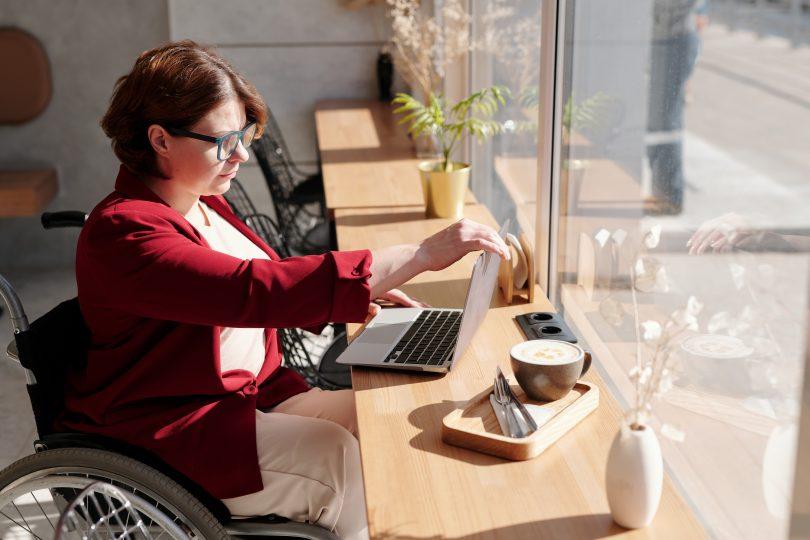 امرأة من ذوي الاحتياجات الخاصة